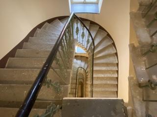 Přes 120 let staré schodiště renovace  Belgická 35