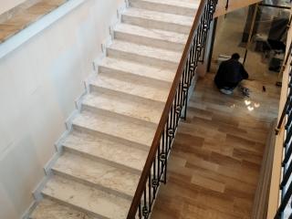 Broušemí mramorového schodiště